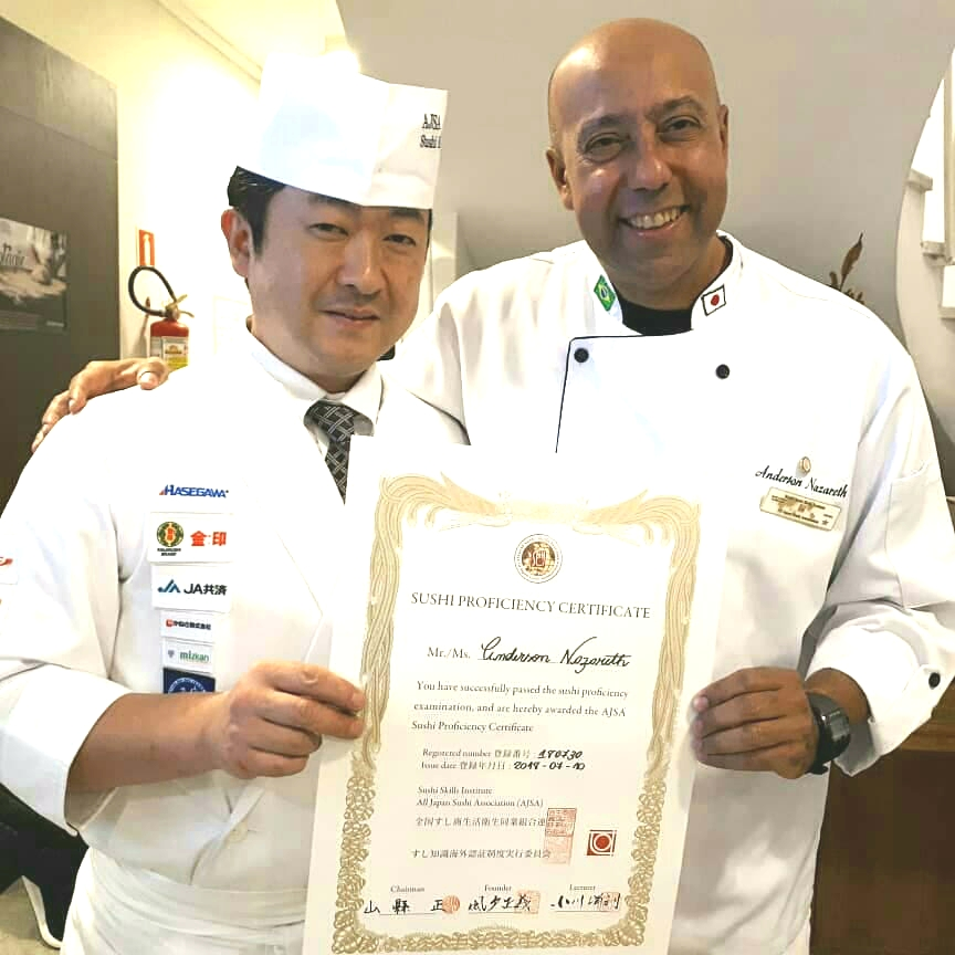 professor Anderson Nazaré recebendo certificado de Proficiência Japonesa do Sushi